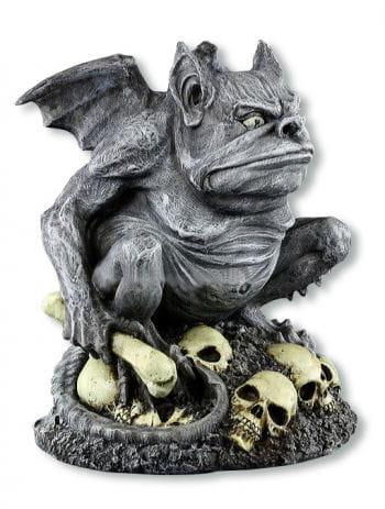 Grimmiger Gargoyle auf Totenköpfen